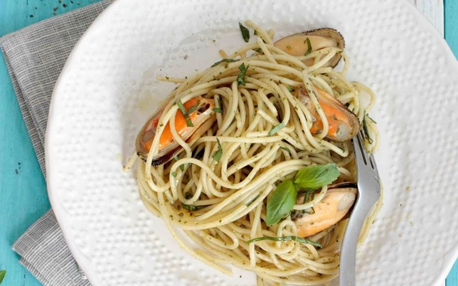 Pasta with white wine and mussels
